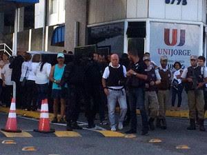 Homem se rendeu quatro horas após ter feito ameaça de explosão (Foto: Maiana Belo/G1)