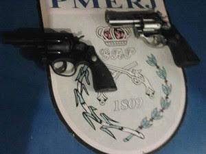 Revólveres calibre 38 apreendidos com jovens, no Morro do Moreno (Foto: Divulgação/33ª BPM)