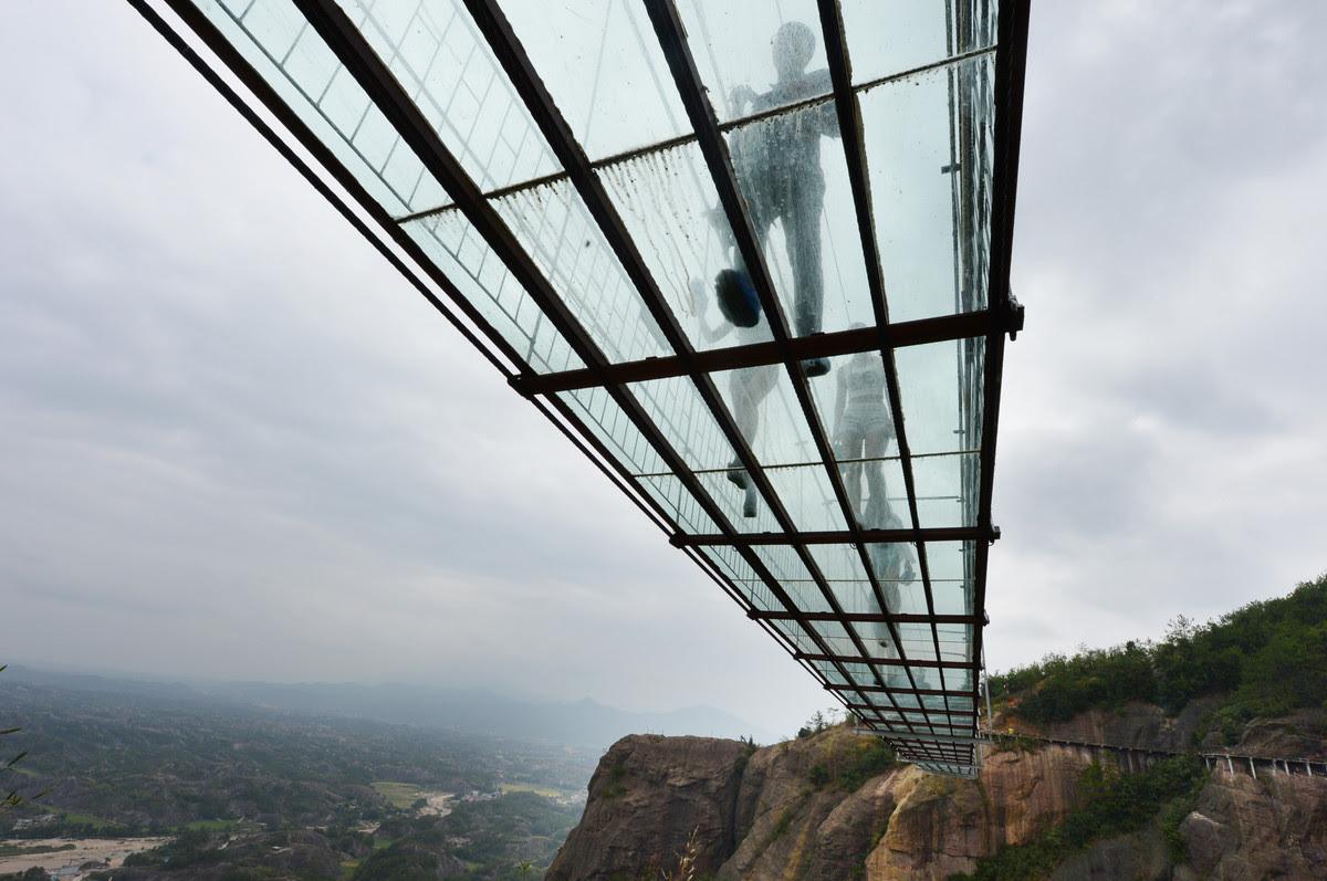 A ponte mais aterrorizante da China: 300 metros de aço e vidro transparente 03