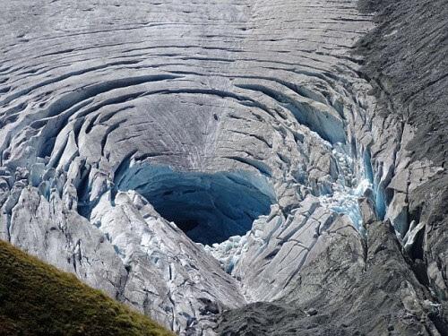 Maxi voragine sulle Alpi in un ghiacciaio, la colpa sarebbe il grande caldo