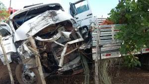 Cabines dos veículos ficaram destruídas (Foto: Reprodução/WhatsApp)