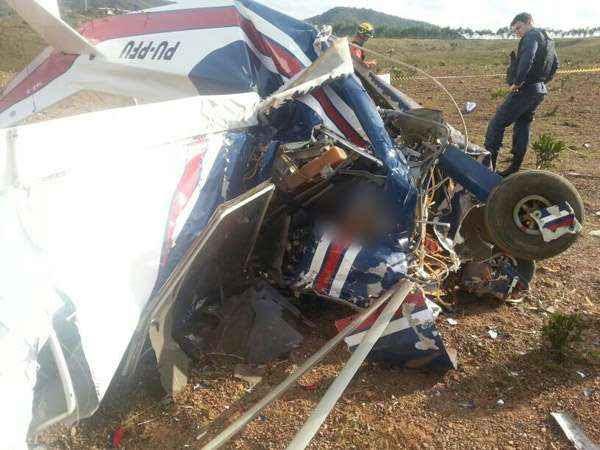 Bombeiros foram chamados para o resgate: a aeronave ficou completamente destruída (Divulgação/ Corpo de Bombeiros)