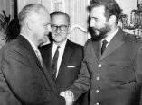 18 de abril. Fidel saluda al embajador de Rusia, Mijail Menshikov durante la recepcion ofrecida al Cuerpo Diplomatico acreditado en Washington. Al centro Ernesto Dihigo, embajador cubano. Foto: Revolución.