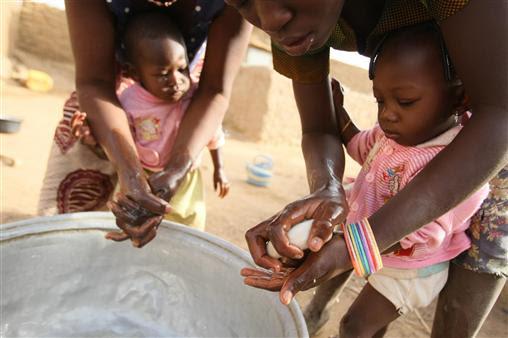 Η Παγκόσμια Ημέρα Πλυσίματος Χεριών γιορτάζεται από το 2008, στις 15 Οκτωβρίου κάθε χρόνου.Στόχος των εμπνευστών της, που έχουν την υποστήριξη του ΟΗΕ, είναι η διαφώτιση και η κινητοποίηση εκατομμυρίων ανθρώπων σε όλο τον κόσμο για να πλένουν τα χέρια τους με σαπούνι, μια καθημερινή και απλή δραστηριότητα, που σώζει ζωές, κυρίως στον Τρίτο Κόσμο. Σύμφωνα με έρευνες, το πλύσιμο των χεριών με σαπούνι μειώνει κατά 50% τις πιθανότητες να προσβληθεί κάποιος από μολυσματικές ασθένειες, που στις φτωχές χώρες του πλανήτη είναι συχνά θανατηφόρες. Η φωτογραφία είναι από την  Μπουρκίνα Φάσο, χώρα της Δυτικής Αφρικής.