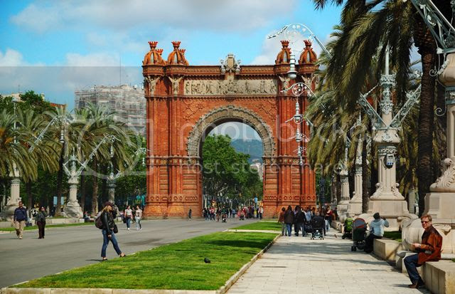 Passeig de Lluis Companys and Barcelona's Arc de Triomf [enlarge]