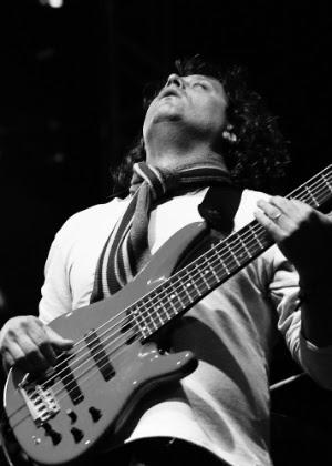 Músico usa baixo de seis cordas durante show de Stanley Jordan na Virada Cultural