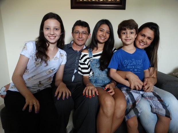 Karollina com os pais e os irmãos, Sarah e Daniel (Foto: Joalline Nascimento/G1)