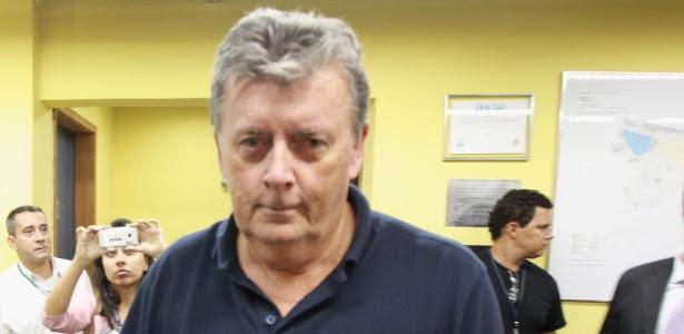 Raymond Whelan deixa a delegacia horas após ser preso em julho