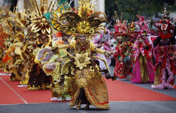 http://desianasartika.files.wordpress.com/2012/06/solo-batik-carnival3.jpg
