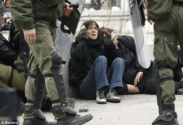 Στην πρώτη γραμμή: Διαδηλωτές με στρογγυλοποίηση ως μάχη της αστυνομίας για να διατηρήσει τον έλεγχο