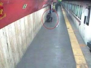 Uomo armato di pistola in metro a Vittorio Emanuele