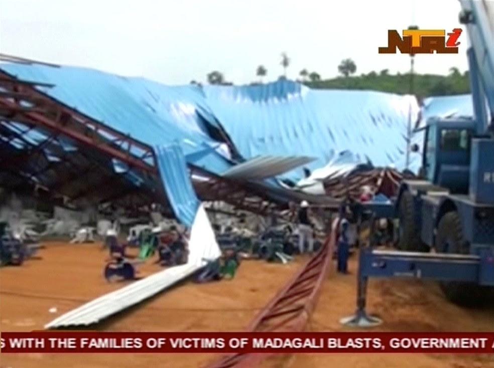 Igreja evangélica desabou durante um culto neste sábado (10); imagem de TV mostra parte do teto do edifício (Foto: NTA via Reuters)