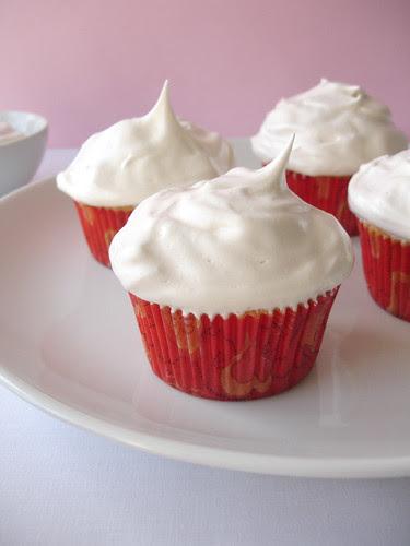Honey and golden syrup meringue cupcakes / Cupcakes de mel com cobertura de merengue