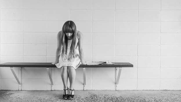 Le syndrome des jambes sans repos se caractérise, selon la Fondation Sommeil, par une envie très forte de bouger ses jambes quand on se trouve dans notre lit ou en situation de repos. Les personnes qui en souffrent ont de la difficulté à s'endormir rapidement et passent des nuits difficiles. Cette maladie est plus commune que l'on croit, car 5 à 10 % des gens en seraient atteints.