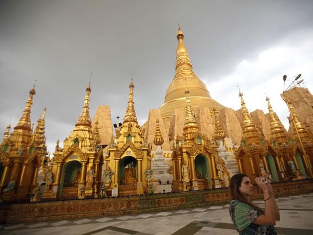 Turista na Shwe Dagon Pagoda em Yangon, Mianmar (Foto: Minzayar/Reuters)