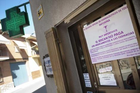 Una farmacia de la localidad toledana de Burguillos informa de los impagos.| Efe