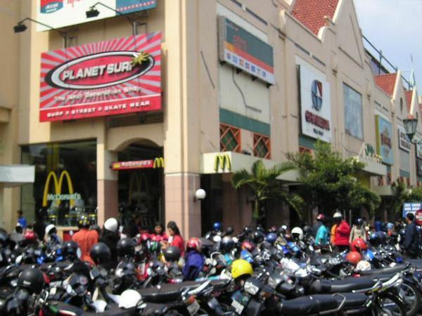 Hasil gambar untuk jalan malioboro mall
