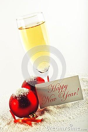 Ano novo feliz. Bolas do vinho branco e do Natal com carro do cumprimento