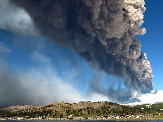 O vulcão começou a liberar gases e cinzas na manhã deste sábado, criando uma coluna de fumaça negra, com uma altura de 1,5 km dirigida para o sudeste, informou em um comunicado o Serviço Nacional de Geologia e Minas (Sernageomin) Foto: AFP