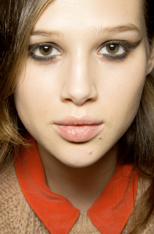 LE FASHION BLOG BEAUTY POST SOFT CAT EYE LINER THEIRRY MUGLER SS 2013 SOFTER DAY EYE LOOK EYELINER BROWN SUBTLE WING LINER ANAIS POULIOT BRIGHT TOMATO RED COLLAR SHIRT NUDE KNIT SWEATER 1