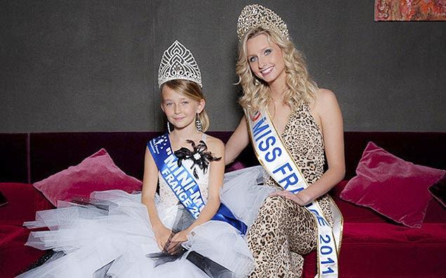 Oceane Scharre, 10, a Mini Miss França 2011, aparece ao lado da Miss França 2011, Mathilde Florin, em foto sem data