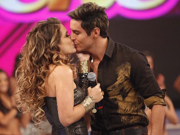 Que dueto! Às custas de Rosário, Chayene tira até casquinha de Fabian (Foto: Cheias de Charme / TV Globo)