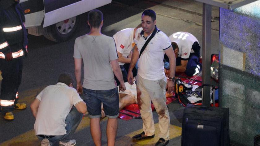 Al menos 31 muertos en dos explosiones en el principal aeropuerto de Estambul