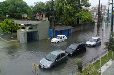 O bairro de Santo Amaro também tem diversas vias alagadas, como a Rua do Veiga . Foto: Aline Ramos/ DP/ D.A Press