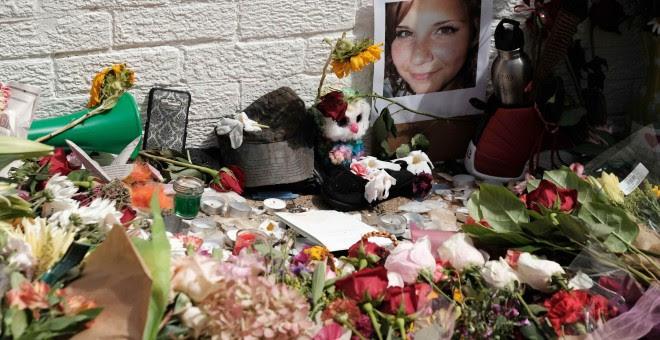 Flores y la foto de Heather Heyer, una de las víctimas de la jornada violenta protagonizada por supremacistas estadounidenses, en una calles de Charlottesville, en el estado de Virginia. REUTERS/Justin Ide