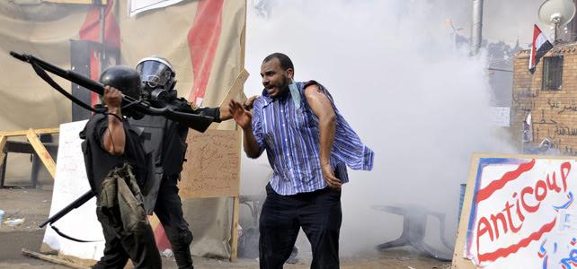 Un manifestante abandona el campamento obligado por las fuerzas de seguridad egipcias.- EFE