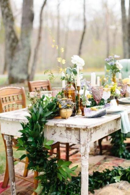 eine üppige grün Tischläufer mit Fetten Blüten und Goldener Kerze-Halter für eine vielseitige tablescape