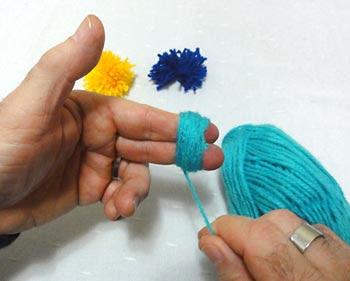Enrole a lã para fazer um pompom
