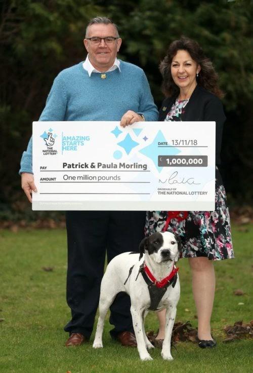 Afortunado perro derriba a su dueño de la emoción tras hacerlo ganar un millón de euros