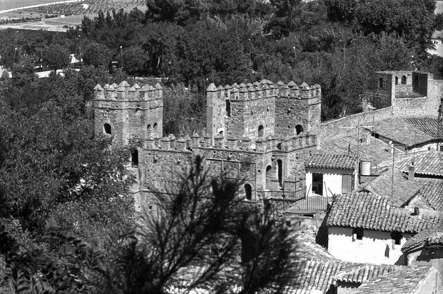 Puerta de Alfonso VI desde la Granja en Toledo hacia 1967. Fotografía de John Fyfe