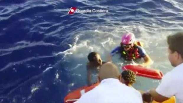 Imagem de um vídeo divulgado pela Guarda Costeira mostra o resgate de uma vítima sobrevivente do barco que naufragou (Foto: Guarda Costeira da Itália/ AP)