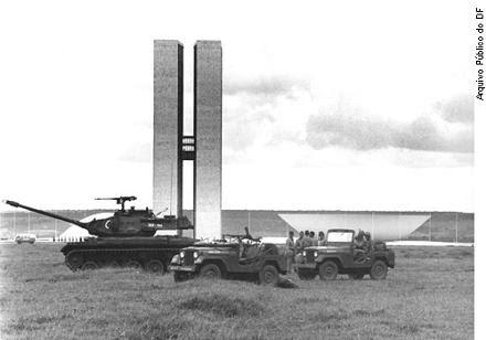 Tanques em frente ao Congresso, no tumultuado ano de 1964 (foto reprodução)