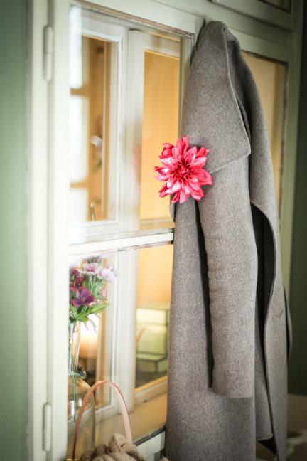 virag-kitűző-kabáton.jpg