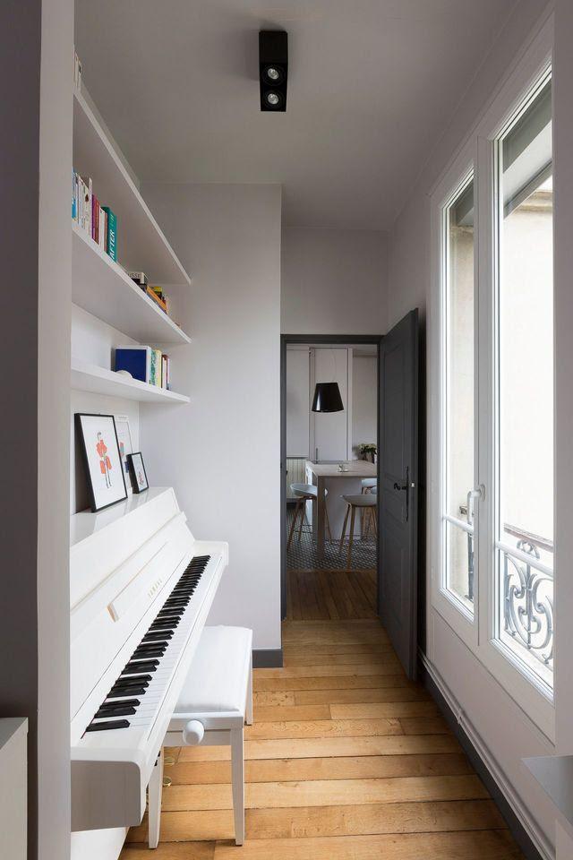 L'espace musique avec son piano, dos à la fenêtre.