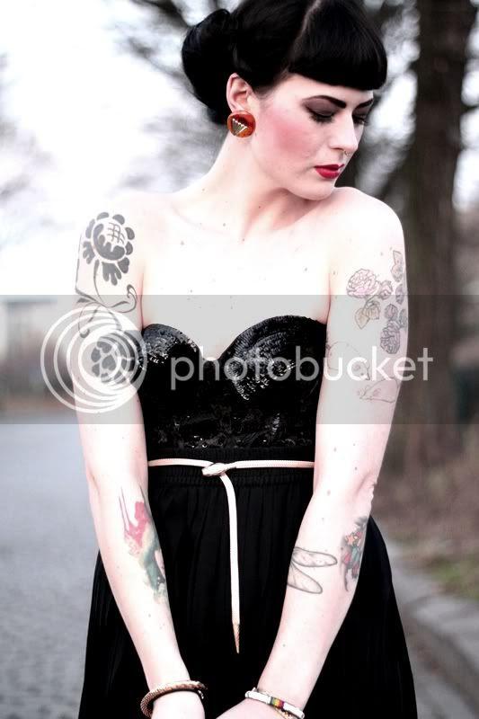 silvester outfit, vintage pin-up 50s 50er frisur, tattoos pailletten corsage plisseerock