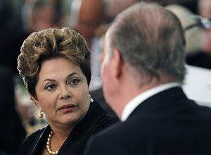 A presidente Dilma Rousseff conversa com o rei Juan Carlos, da Espanha, durante visita a Cádis, no sul do país europeu