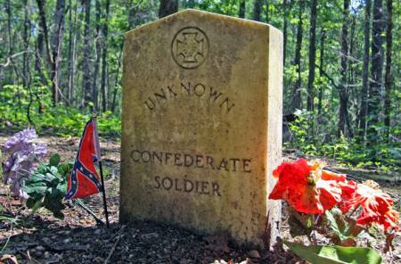 http://www.roadtripamerica.com/photos/data/656/medium/Confederate_Grave_Natchez_Trace.JPG