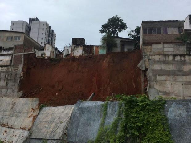 Muro de contenção caiu na manhã desta sexta (22), em Natal (Foto: Francisco Júnior/Inter TV Cabugi)