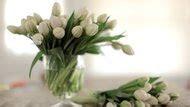 How to Arrange Fresh Flowers on a Wedding Cake   LEAFtv