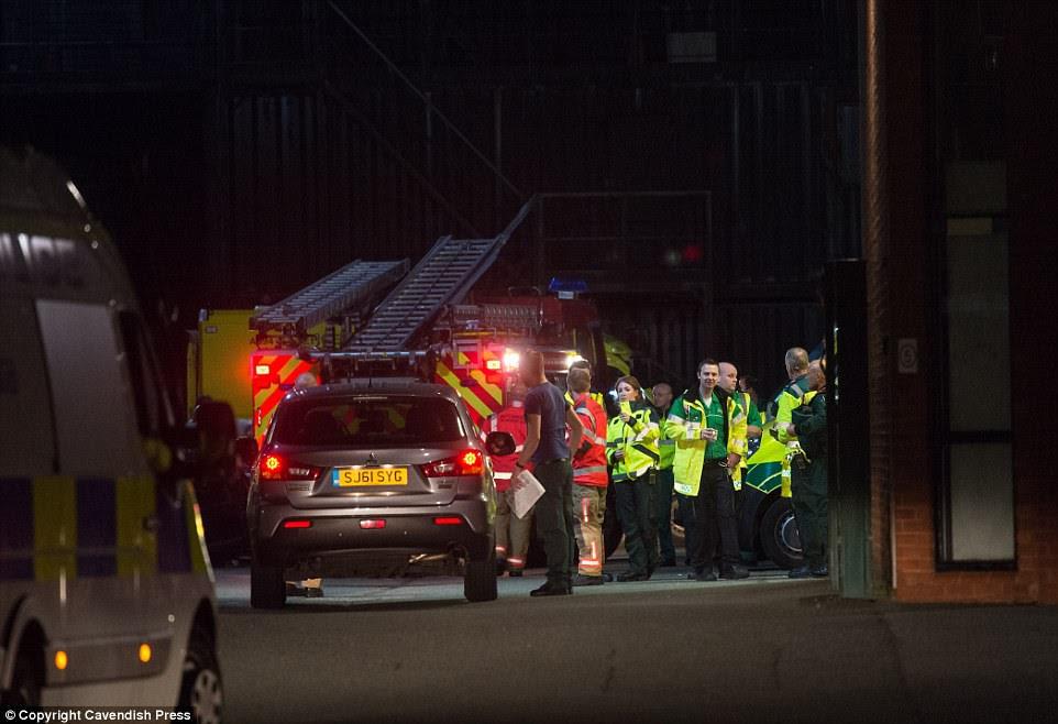 """Scooter Braun, gerente de Ariana Grande, disse: 'Hoje à noite, nossos corações estão quebrados.  As palavras não podem expressar nossa tristeza pelas vítimas e famílias feridas. """"  Retratado: Uma base improvisada de serviços de emergência fora de Manchester Central Fire Station"""