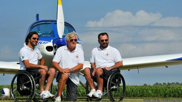 """Instrutor e dois pilotos paralíticos foram o """"WeFly Team"""". Ambos pilotos aprenderam a pilotar após perderem movimento nas pernas"""