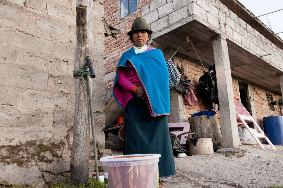Natividad Anasiche recibe su filtro de agua y lo prueba para aprender a usarlo. Natividad y su marido, Manuel, lo usarán para beber agua limpia y evitar los dolores de estómago que sufren frecuentemente.