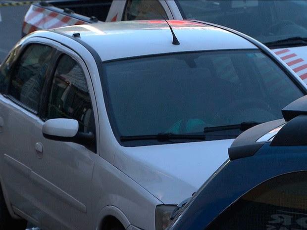 Vítima foi baleada não rsistiu ao ferimento e morreu dentro do carro em Salvador (Foto: Imagem/TV Bahia)