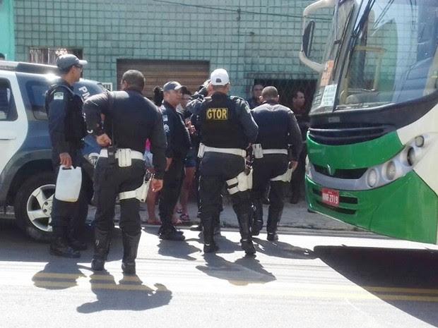 Grupo tentou incendiar ônibus em Mãe Luiza nesta terça-feira (9) (Foto: PM/Divulgação)