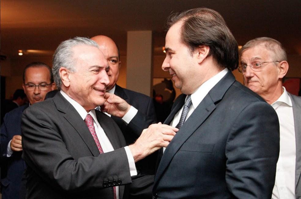 O presidente Michel Temer (dir.), ao cumprimentar o presidente da Câmara, Rodrigo Maia (DEM-RJ), durante coquetel em outubro do ano passado (Foto: Reprodução/Twitter do Palácio do Planalto)