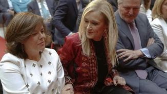 Cristina Cifuentes a l'acte d'aquest matí, entre la vicepresidenta espanyola, Soraya Sáenz de Santamaría, i el ministre d'Educació, Íñigo Méndez de Vigo (EFE)